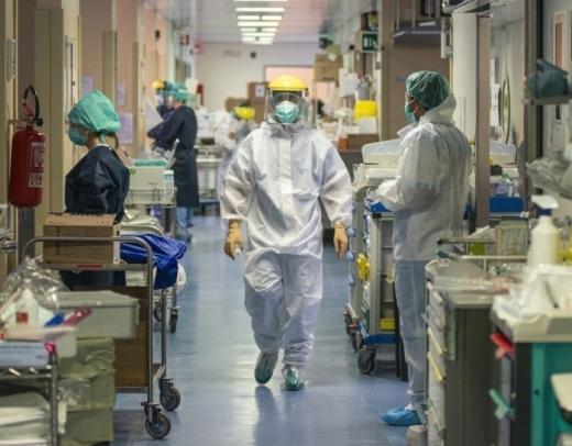 Peste 10.000 de români infectați cu COVID sunt internați în spital. În ultima zi au fost confirmate 2.201 cazuri noi.