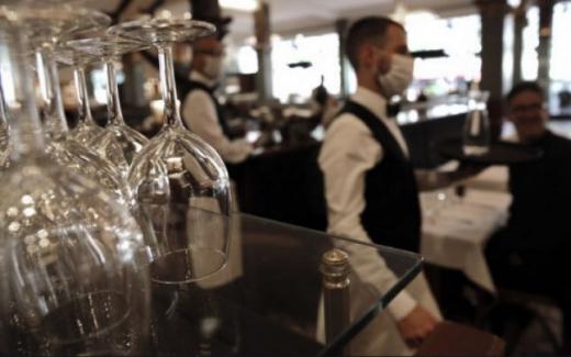 """Restaurantele care au angajații vaccinați vor fi semnalizate drept """"sigure pentru clienți"""""""