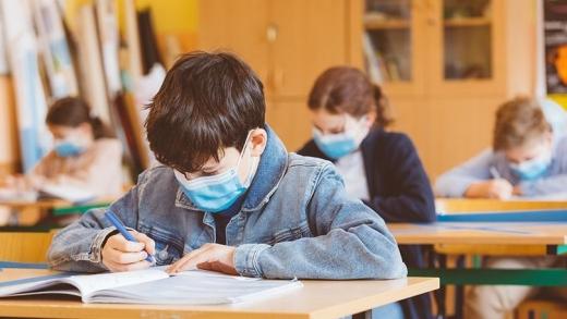 Toți elevii din clasele terminale vor merge fizic la școală, din 10 mai