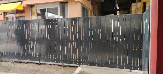 Gard apărut peste noapte lângă hotelul Cristian din Piața Mihai Viteazul. Pietonii, nevoiți să ocolească construcția pe carosabil.