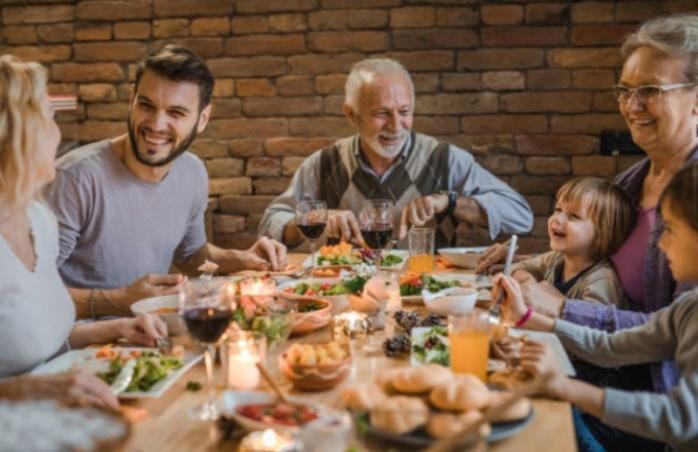 Petrecerile și adunările, interzise de Paște chiar și acasă. Câte persoane se pot întâlni