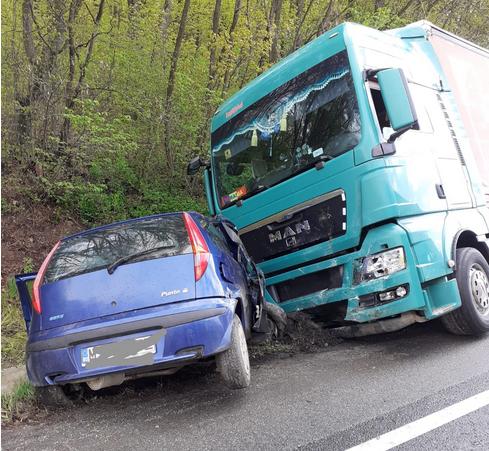 VIDEO. ACCIDENT GRAV între o mașină și un TIR! Un șofer de 20 ani a MURIT în urma impactului