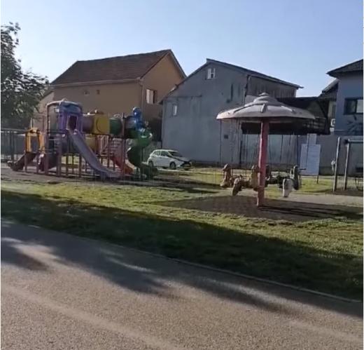 """VIDEO. Cu mașina printr-un parc de copii din Cluj-Napoca. """"Ne trebuie mai mult bun simț"""""""