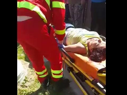VIDEO. Femeie, luată cu targa de medici după ce ar fi fost bătută de un polițist. Motivul: nu purta mască