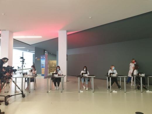 """Tinerii din Cluj, dornici să se vaccineze. Studenții străini, la maratonul de vaccinare: """"Ne dorim să nu mai facem cursurile online""""."""