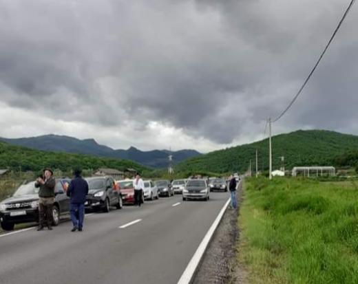 """Moţii au protestat pentru repararea """"drumului rușinii"""". 70 de maşini au pornit în caravana """"Drumăind prin Apuseni""""."""