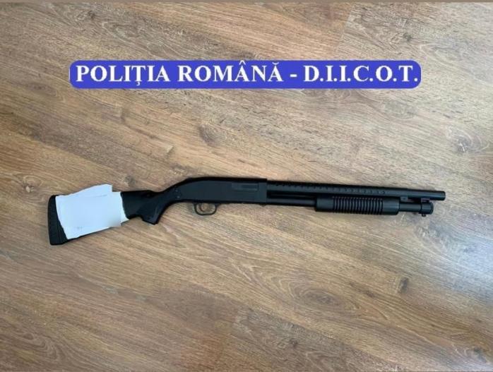ARME, sute de grame de DROGURI și 11 persoane arestate în urma unor percheziții în Cluj