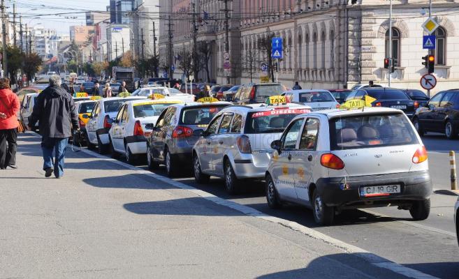 Taximetriștii clujeni ies la PROTEST! Ei vor să circule pe benzile special dedicate autobuzelor