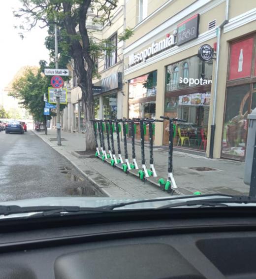"""FOTO. Șoferii, frustrați pe trotinetele electrice: """"Cluj nu e pentru mașini. Nici trotuarele nu-s pentru trotinete"""""""