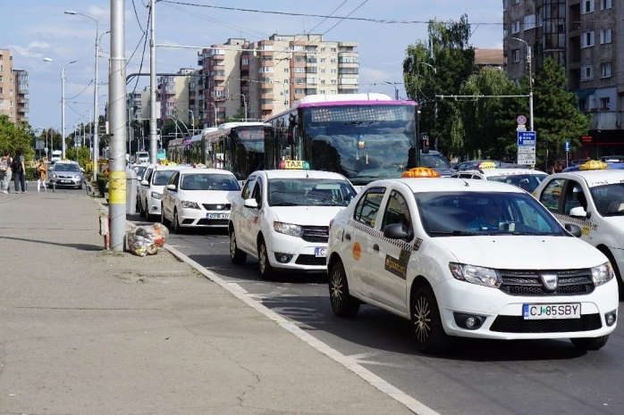 """Taximetriștii mai au de așteptat până să circule pe benzile de autobuz. Boc: """"Avem propuneri, așteptăm rezultatul analizei"""""""