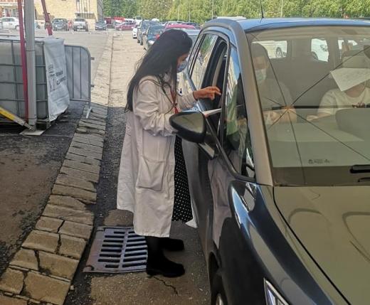 """FOTO. Medicul care coordonează centrul drive-thru din Cluj, un adevărat EROU: """"În bătălia noastră, oamenii ca ea sunt decisivi"""""""