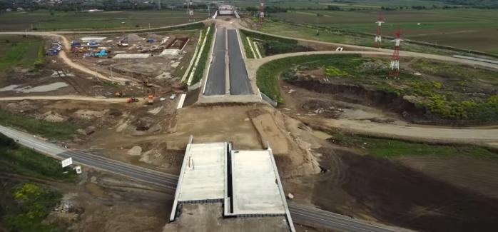 Lucrările la autostrada Cluj-Sibiu stagnează. Pe unele porțiuni nu e turnat nici primul strat de asfalt