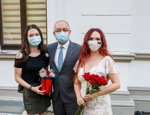 Primarul Emil Boc, alături de fiica sa, Patricia Boc (stânga) și soția sa, Oana Boc (dreapta)
