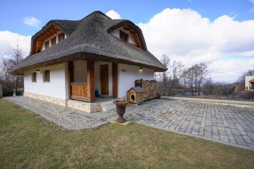 FOTO. Casă rustică din Cluj, cu acoperiș de stuf și grinzi de lemn, scoasă la vânzare cu 365.000 de euro!
