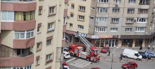 FOTO. Pompierii au intervenit la un balcon care se destramă pe strada Fabricii. Putea să-i cadă cuiva în cap