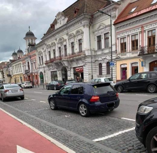 """Parcare neobișnuită în centrul Clujului: """"Două minute, boss, să-mi iau o shaorma""""."""