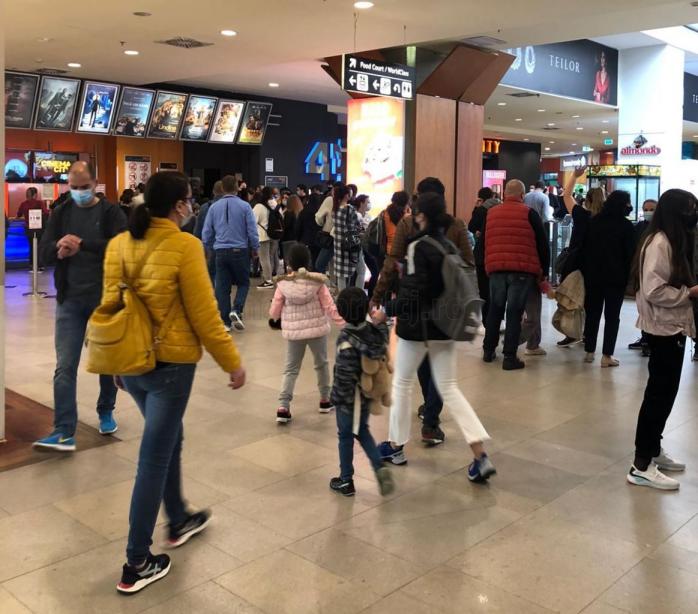 FOTO. Clujenii au luat cu asalt mall-urile de 1 iunie! Aglomerație ca-n vremurile bune la cinema și food court