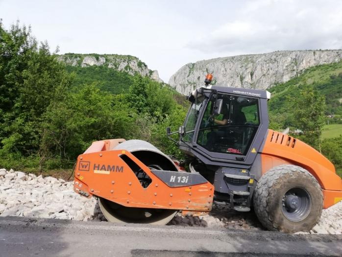 FOTO. Se asfaltează drumul spre Cheile Turzii