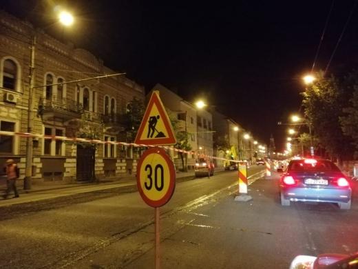 """FOTO. Se lucrează în ritm alert NOAPTEA pe Bulevardul 21 Decembrie. Muncitorii, la """"datorie"""" la ora 00.30."""