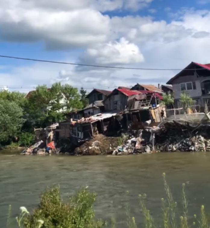 VIDEO. Cum se aruncă sacii de gunoaie direct în Someș în Florești