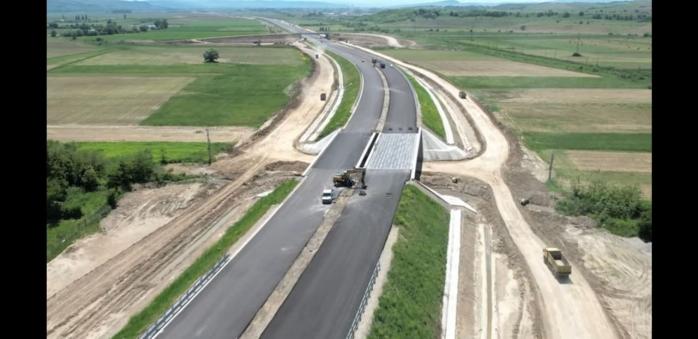 VIDEO. Mobilizare record pe lotul 2 al autostrăzii Sebeș-Turda. Mii de tone de asfalt, turnate într-o singură zi.