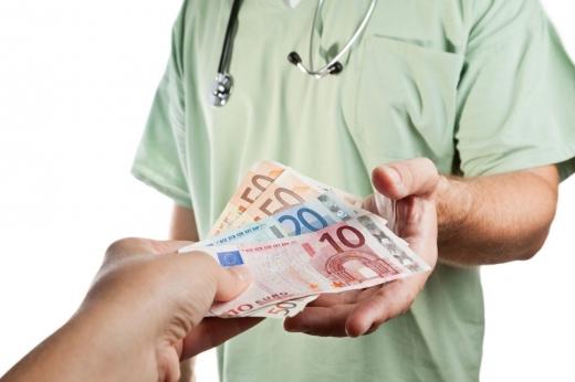 Mai mulți medici, reținuți pentru LUARE DE MITĂ! Cereau bani pentru prelungirea dosarelor de invaliditate