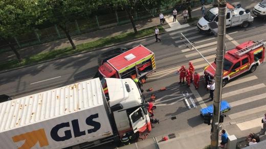 FOTO. Pieton, LOVIT de un TIR pe Bulevardul Muncii, Cluj-Napoca. Victima a ajuns sub TIR