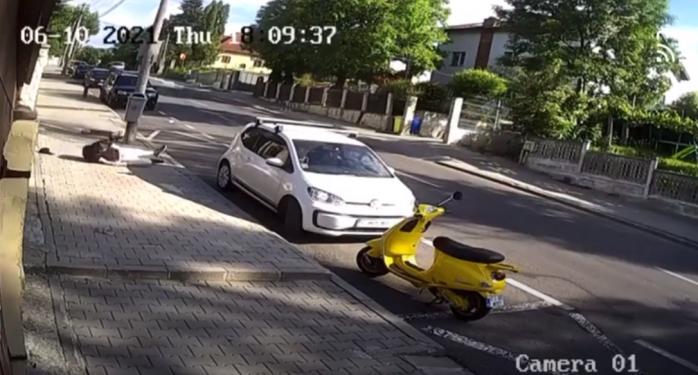 VIDEO. Încă un accident cu TROTINETA în Cluj! Tânărul s-a rostogolit pe strada Republicii