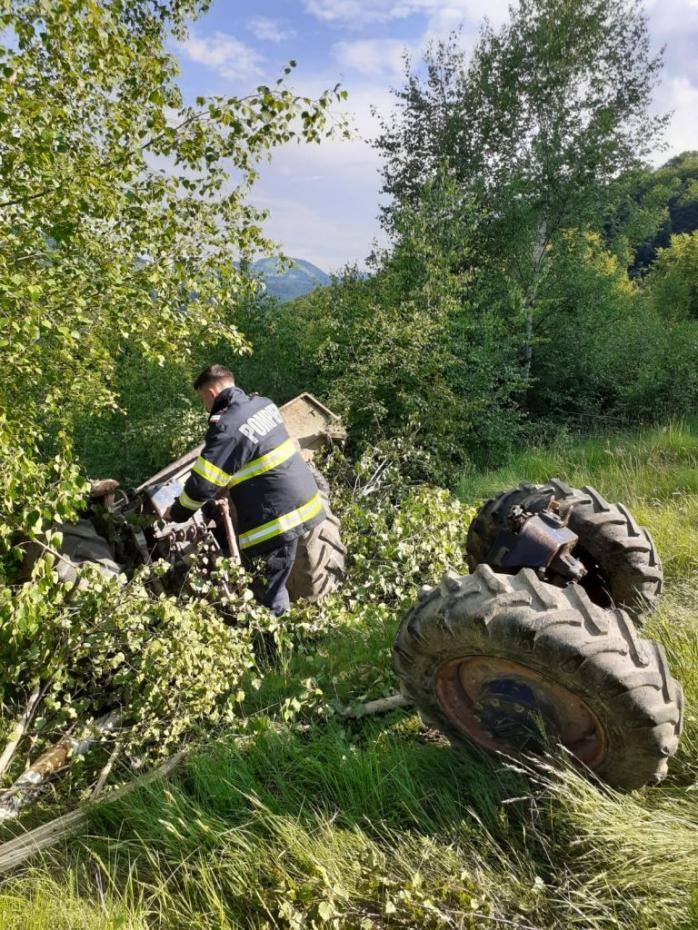 Tractor RĂSTURNAT într-o groapă, în Valea Drăganului