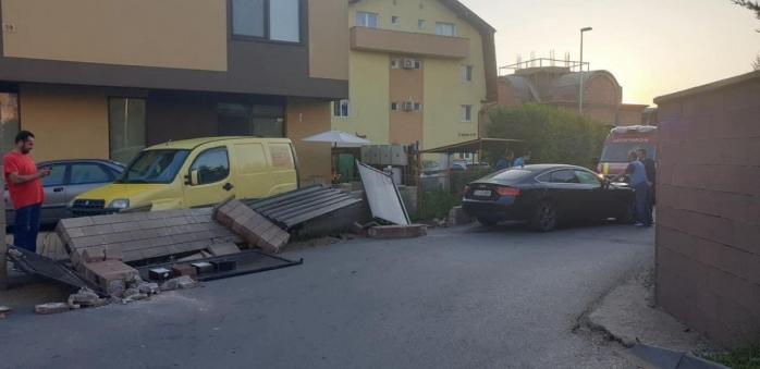 Un șofer BEAT a intrat într-un gard al unui bloc din Florești
