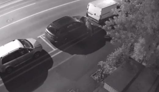 VIDEO. Momentul în care un individ dubios vandalizează mașini parcate în Mărăști, la miezul nopții
