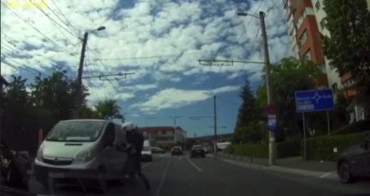 VIDEO. Șofer, luat la BĂTAIE de un motociclist, în plină stradă