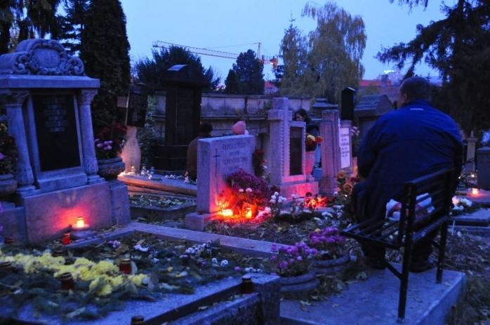 Poveste ca în filme, la Cluj. Bătrânul de 96 de ani găsit mort în cimitir se afla lângă mormântul soției.