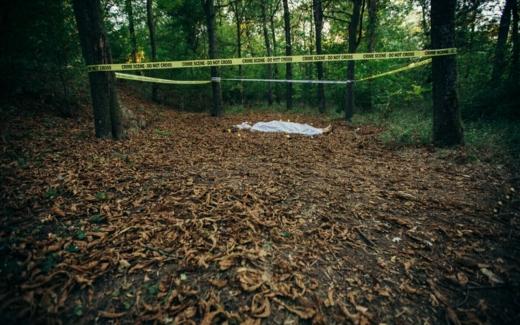 Descoperire MACABRĂ aproape de județul Cluj! Un localnic a găsit un CADAVRU în pădure
