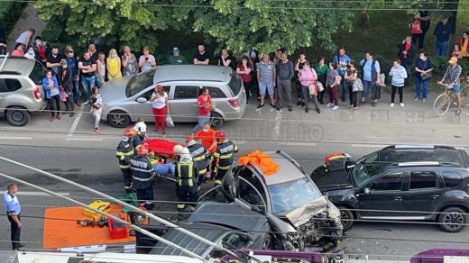 Accident DUR cu trei mașini pe Aurel Vlaicu! O tânără, în stare GRAVĂ. GALERIE FOTO