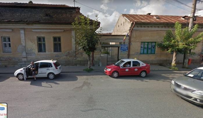 """Medicii de la Policlinica CFR Dej, lăsați fără parcare: """"Cărăm baxuri de medicamente în spate"""""""