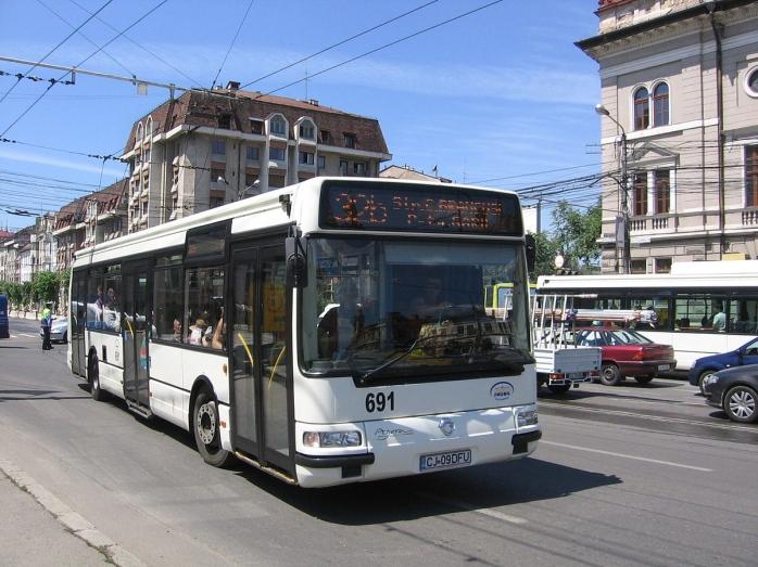 O femeie a fost lovită de un autobuz pe o stradă din Cluj-Napoca