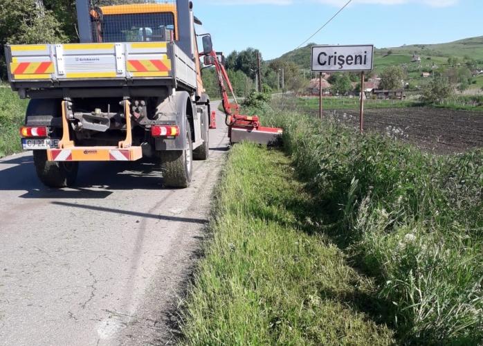 Începe cosirea vegetației pe drumurile județene din Cluj