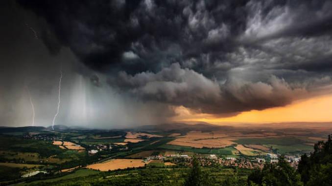 Alerte de vreme instabilă și caniculă în 33 de județe. Cluj, sub COD PORTOCALIU de vijelii, grindină şi ploi abundente