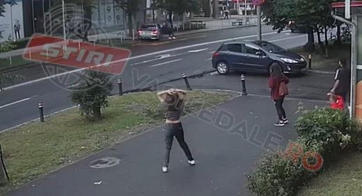 Accident TRAGIC. Tineri spulberați de o mașină în stația de autobuz. Femeii i-a fost amputat un picior.