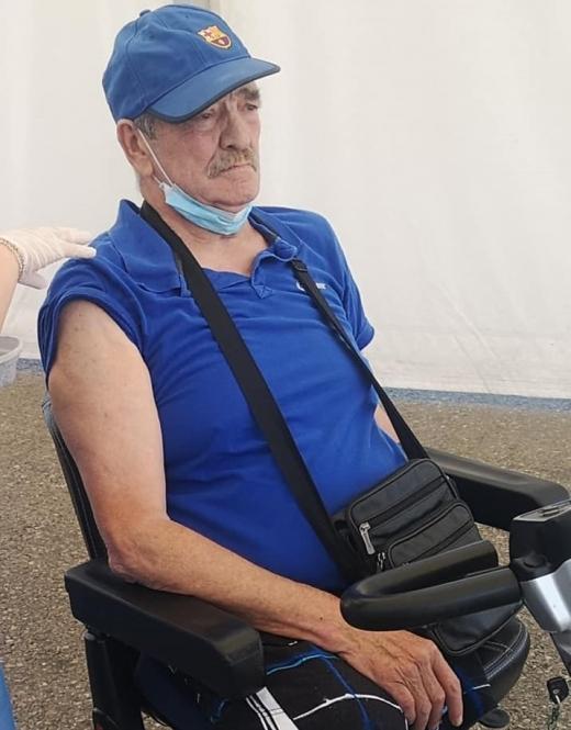 Un clujean cu ambele picioare amputate a mers singur să se vaccineze Drive Through Cluj! Tu ce motive ai să nu o faci?