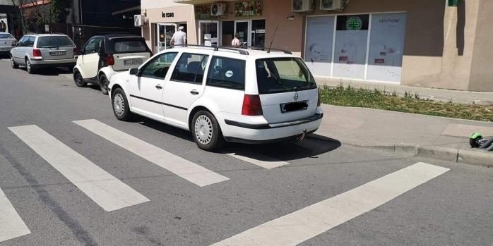"""Parcare cu TUPEU, pe trecerea de pietoni de pe o stradă din Cluj-Napoca. """"A parcat ca să nu poată trece nimeni""""."""