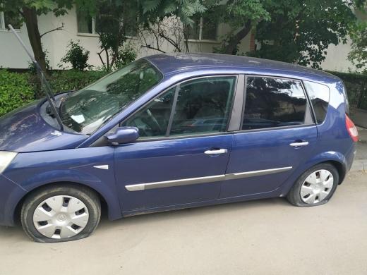 FOTO. Nesimțire curată! Un șofer și-a găsit mașina vandalizată, cu anvelope sparte, în Mărăști
