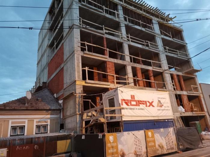 Urbanism à la Cluj! Un bloc de 28 de apartamente se ridică lipit de o casă
