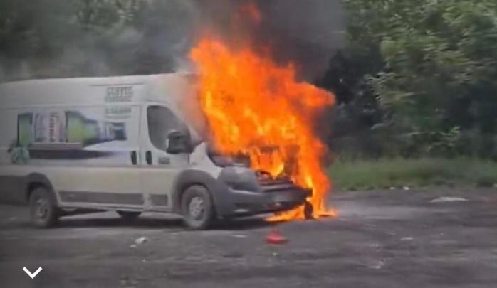 VIDEO. O dubă a unei firme de bere a ars ca o torță pe un drum din Cluj! Martorii au privit neputincioși