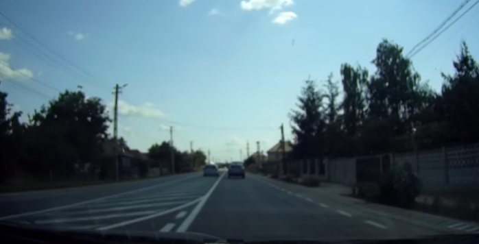 """VIDEO. Depășirea INCONȘTIENTĂ a unui vitezoman, pe un drum din Cluj: """"Se miră lumea că sunt accidente"""""""
