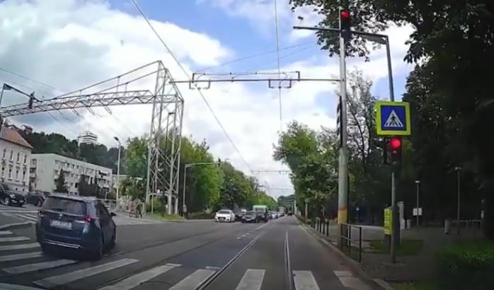NESIMȚIRE fără limite! Șofer vitezoman trece pe ROȘU la semafor și taie calea pietonului în Cluj-Napoca