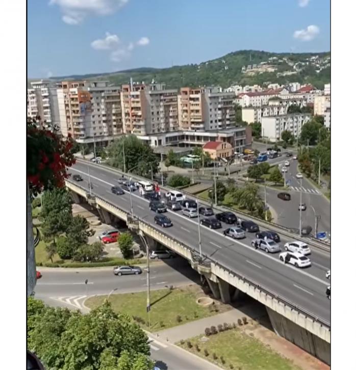VIDEO. Trafic BLOCAT de o NUNTĂ pe Podul Calvaria! Mirii stau cu limuzina în drum, iar mașinile așteaptă