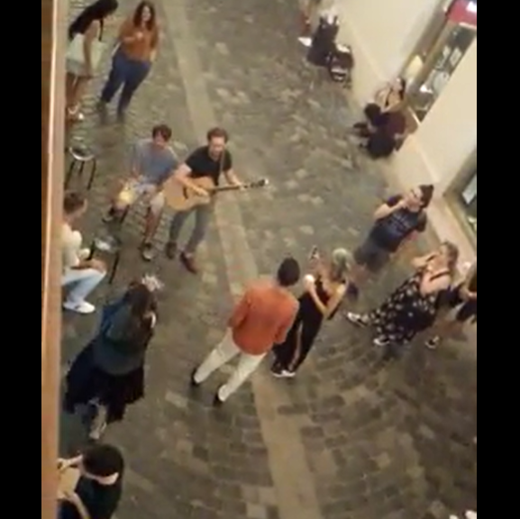 VIDEO. Un tânăr a făcut show de senzație marți noaptea în Centrul Clujului, cu o chitară și voce de aur