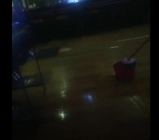 Furtuna a făcut PRĂPĂD într-o sală de jocuri din Cluj! A plouat din TAVAN și locul s-a inundat. VIDEO